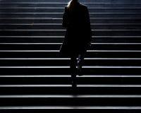 Onscherp silhouet van het jonge elegante vrouw beklimmen op de stad st royalty-vrije stock foto
