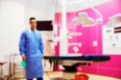 Onscherp van arts in blauwe eenvormig in verrichtingsruimte Het ziekenhuis royalty-vrije stock foto's