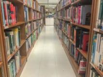 Onscherp van bibliotheek in universiteit royalty-vrije stock afbeelding