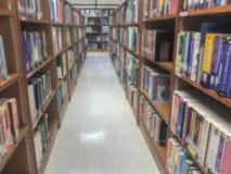 Onscherp van bibliotheek in universiteit royalty-vrije stock fotografie