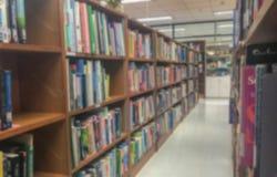 Onscherp van bibliotheek in universiteit stock afbeeldingen