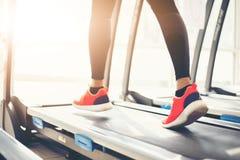 Onscherp van het runnen van sportschoenen bij de gymnastiek terwijl een jonge caucasia Stock Fotografie