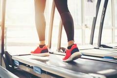 Onscherp van het runnen van sportschoenen bij de gymnastiek terwijl een jonge caucasia Royalty-vrije Stock Foto