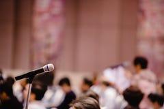 Onscherp van microfoon in auditorium en projector voor aandeelhouders die 'samenkomen stock fotografie