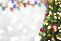 Onscherpe Kerstboom met decoratie en sneeuwvlok op bokeh Stock Fotografie