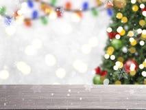 Onscherpe Kerstboom met decoratie en sneeuwvlok op bokeh Stock Afbeelding