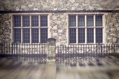 Onscherpe mening van oude vensters met steenmuren royalty-vrije stock foto's