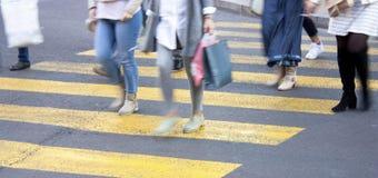 Onscherpe mensen bij de gele gestreepte kruising stock fotografie