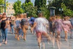 Onscherpe mensen die in de straat lopen Stock Fotografie
