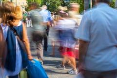Onscherpe mensen die in de straat lopen Stock Foto
