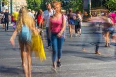 Onscherpe mensen die in de straat lopen Stock Afbeeldingen