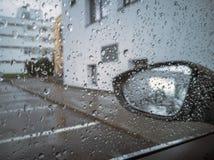 Onscherpe regendruppel en spiegelauto royalty-vrije stock afbeelding