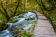 Onscherpe rivier op het Meer Plitvice in Kroatië, die lopen rond bevlekte ik deze mooie stroom, stock foto