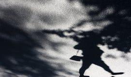 Onscherpe schaduw als achtergrond van een vrouw en treetops Stock Afbeeldingen