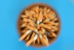 Onscherpe sigaretfilter in ceramische as door gezoemtechniek stock fotografie
