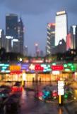 Onscherpe stadsachtergrond bij nacht Stock Afbeelding