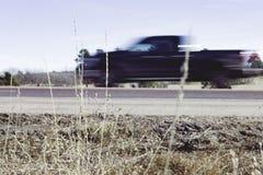 Onscherpe Vrachtwagen met Gras royalty-vrije stock afbeeldingen