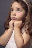 Onschuldig meisje dat omhoog kijkt stock foto's