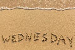 onsdag - som dras av handen på strandsanden Royaltyfri Bild