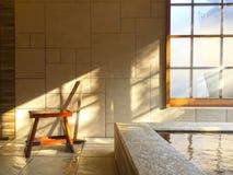 Onsen interno, mola quente de estilo japonês foto de stock