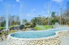 Onsen väl med bakgrund den varma våren, `-San Kamphaeng ` är ett område av Chiang Mai Province i nordliga Thailand Royaltyfria Foton