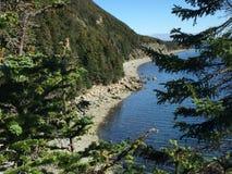 Onside av berget över att se stranden Royaltyfria Foton