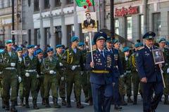 Onsterfelijk Regiment maart in de Victory Day-vieringen Royalty-vrije Stock Foto's