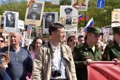Onsterfelijk Regiment - mensen met portretten van hun verwanten, deelnemers in de Tweede Wereldoorlog, op de Victory Day-parade royalty-vrije stock foto's