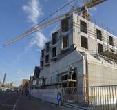 onstruction Arbeitskräfte, die das neue Lakenhal-Museumsgebäude errichten, entwerfen Stockbilder