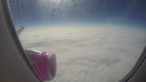 Onstuimigheid hoog boven wolkenvliegtuigen weinig kilometers boven land stock footage