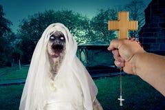Ont monster för demonlevande dödspöke i kyrkogård royaltyfri foto