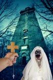 Ont monster för demonlevande dödspöke utanför övergiven byggnad arkivbild