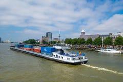 Ontainership em Rotterdam traz o recipiente a um bulkcarrier no porto Foto de Stock