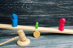 Ontbering van ouderlijke rechten concept bewaring van een kind Wettelijke scheiding hamer van een rechter familiehof, wet ouderst stock foto's