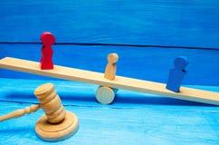 Ontbering van ouderlijke rechten concept bewaring van een kind Wettelijke scheiding hamer van een rechter familiehof, wet ouderst stock foto