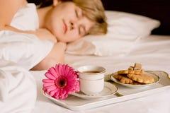 Ontbijt in bed stock foto's