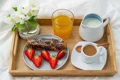Ontbijt in bed royalty-vrije stock afbeelding