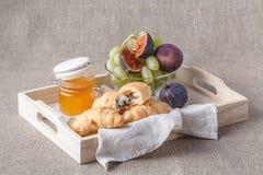 Ontbijt in bed met vruchten en gebakjes op een dienblad royalty-vrije stock fotografie
