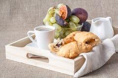 Ontbijt in bed met vruchten en gebakjes op een dienblad royalty-vrije stock foto's