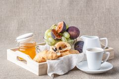 Ontbijt in bed met vruchten en gebakjes op een dienblad stock foto