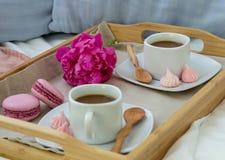 Ontbijt in bed voor twee Houten dienblad met koffie, makarons en Bizet royalty-vrije stock fotografie