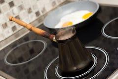 Ontbijt Bradende eieren en koffie Stock Afbeeldingen