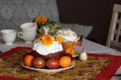 Ontbijt of brunchlijst die voor Pasen-maaltijd met vrienden en familie rond de lijst plaatsen stock foto's