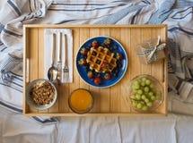Ontbijt dat in Bed wordt gediend Stock Foto