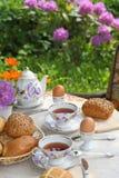 Ontbijt in de tuin stock afbeeldingen