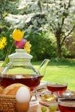 Ontbijt in de tuin. stock foto