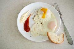 Ontbijt in de vorm van een ei met sausen stock fotografie