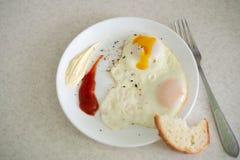 Ontbijt in de vorm van een ei met sausen royalty-vrije stock foto