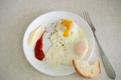 Ontbijt in de vorm van een ei met sausen stock foto's
