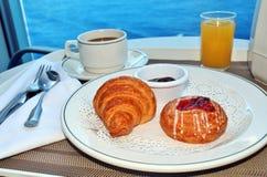 Ontbijt door bediening op de kamer Royalty-vrije Stock Afbeeldingen